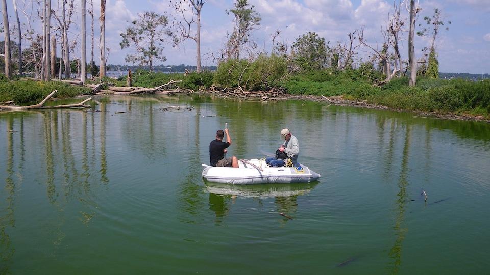 Deux hommes sur un bateau