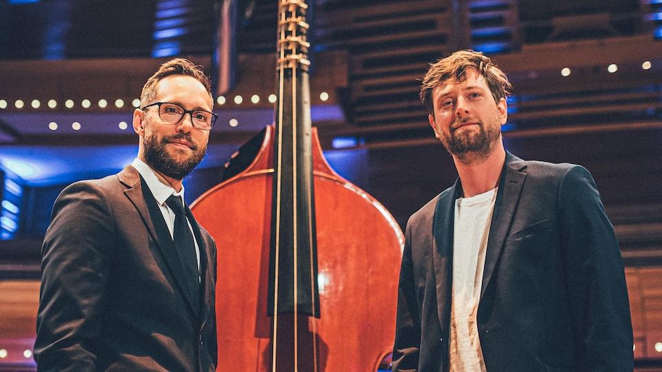 Les deux hommes se tiennent à côté d'une octobasse à la Maison symphonique de Montréal.