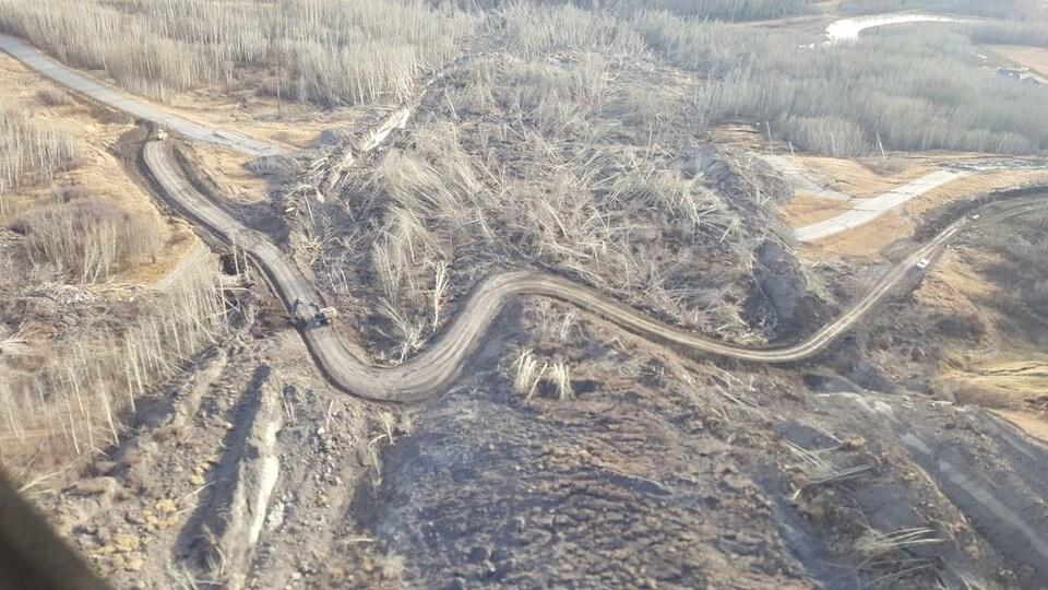 Une photographie aérienne d'une route temporaire construite à l'endroit où un glissement de terrain est survenu près d'Old Fort.