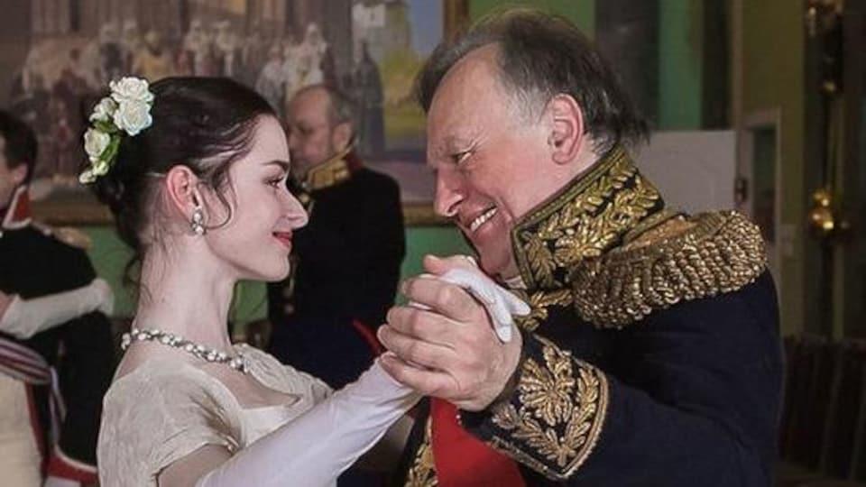 Le couple porte des costumes de Joséphine et Napoléon.