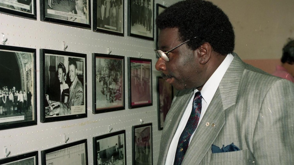 Oliver Jones regarde des photos au Negro Community Centre en 1994.