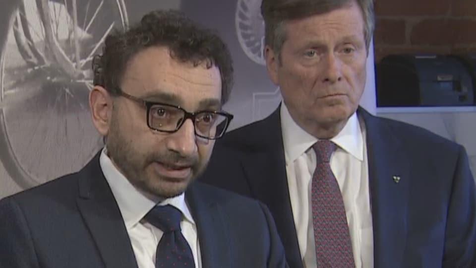 Omar Alghabra, accompagné du maire de Toronto, John Tory.