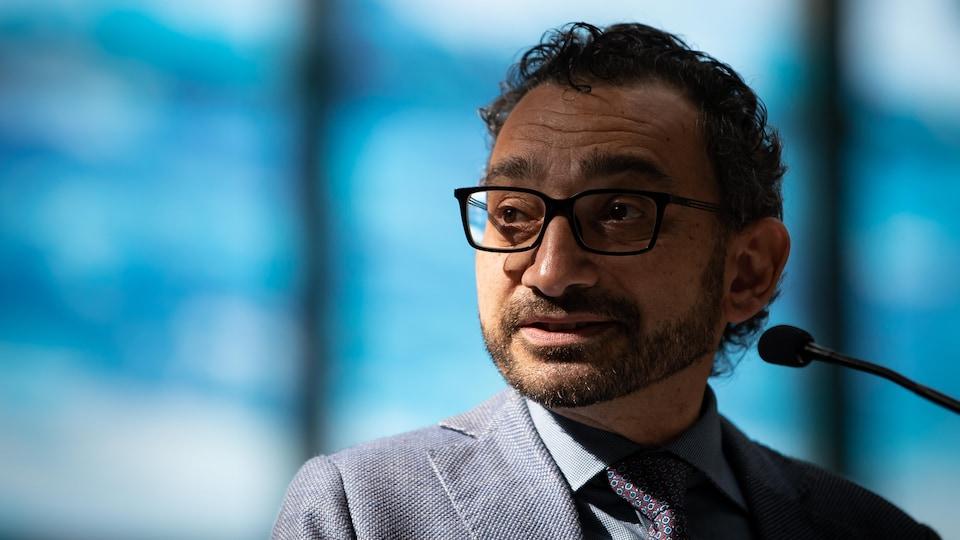 Le libéral Omar Alghabra au micro.
