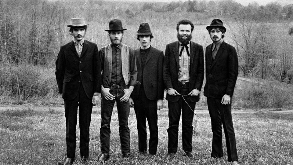 cinq hommes sont allignés dans un champs.