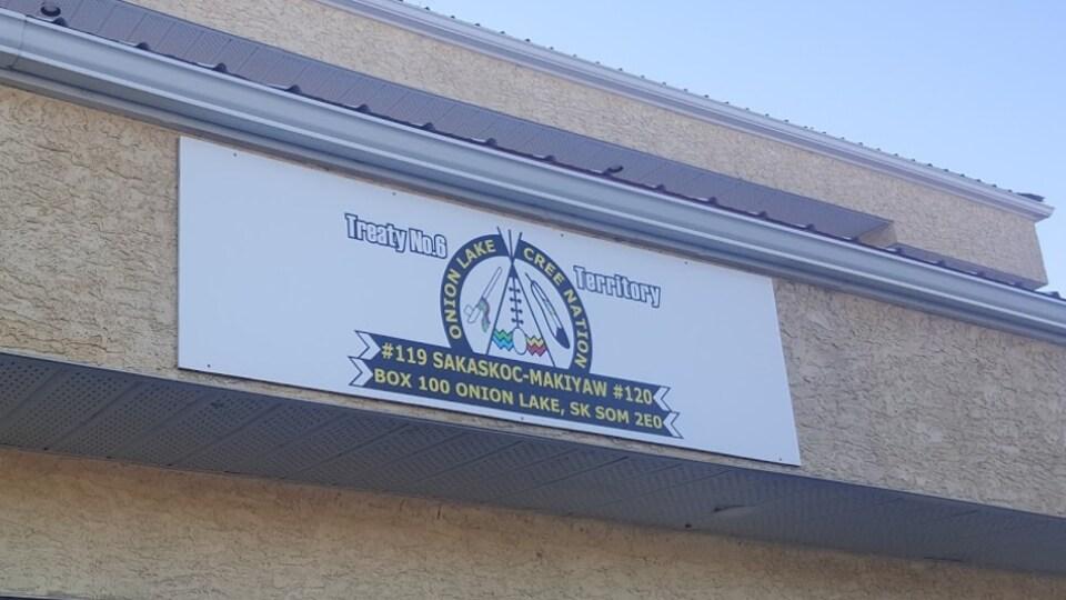 Un mur d'un édifice où est inscrit le logo de la Première Nation crie d'Onion Lake.
