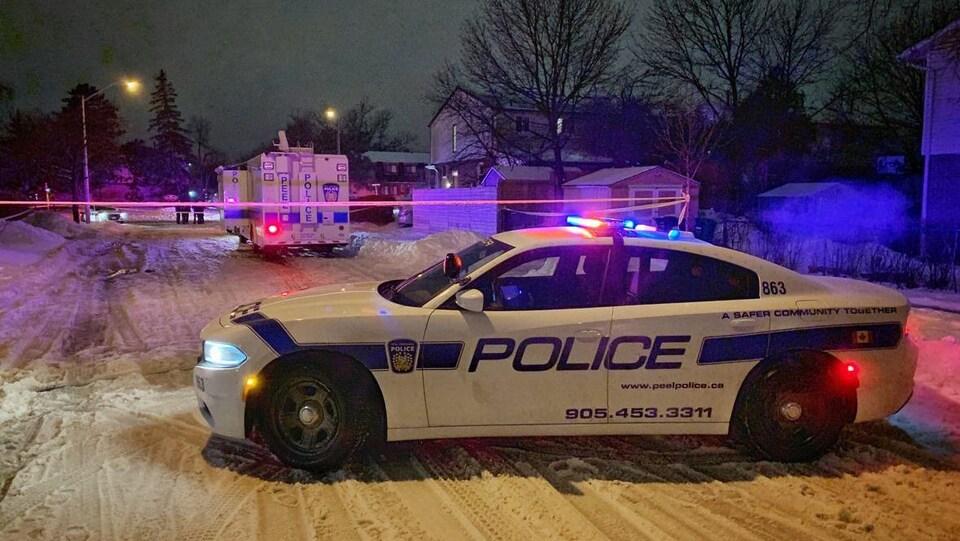 Des voitures de la police régionale de Peel bloquent l'accès à une rue.