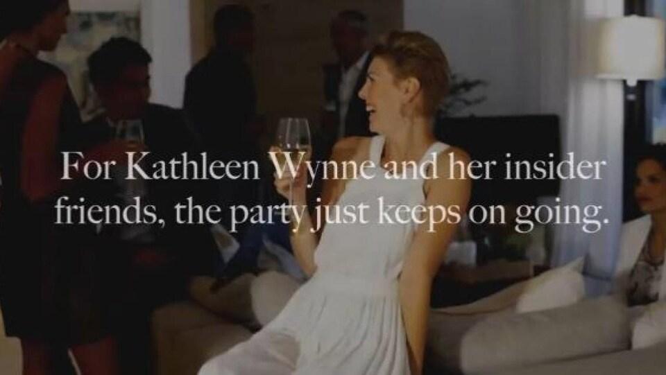 Une femme bien habillée avec un verre de vin et qui rit.