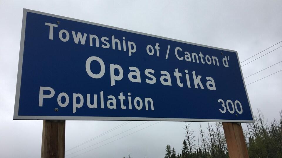 Un panneau marque les délimitations du village d'Opasatika.