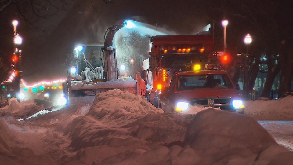 Opération de déneigement dans les rues de Québec.