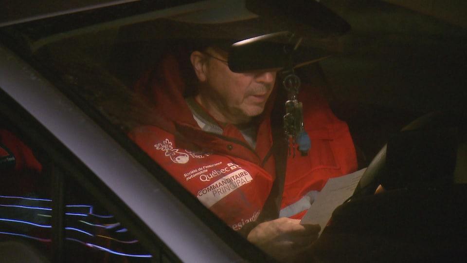 Un bénévole d'Opération Nez rouge au volant.