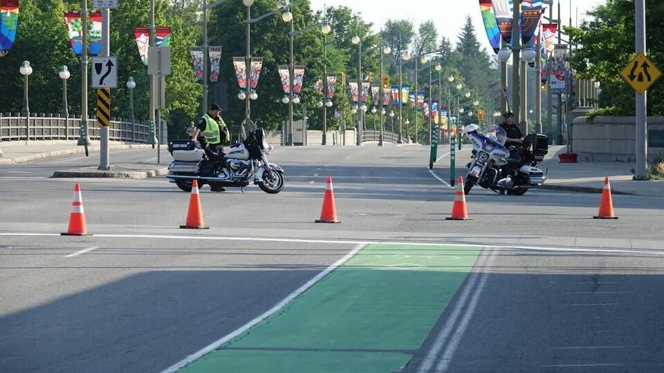 Deux policiers en moto.