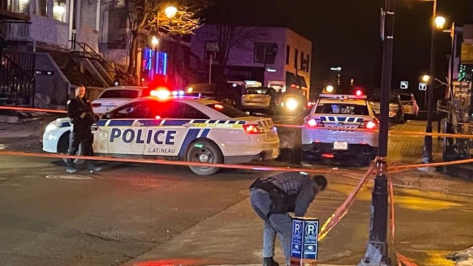 Deux voitures patrouille et deux policiers près d'un périmètre de sécurité rue Eddy à Gatineau.