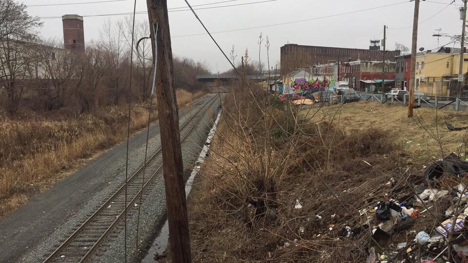 Le chemin de fer où se fait le trafic d'opioïdes à Philadelphie