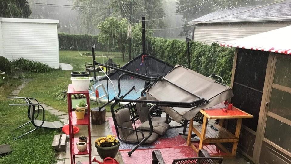 Un pavillon de jardin dans une piscine.