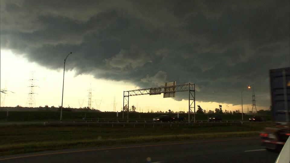 Nuages noirs au-dessus de l'autoroute
