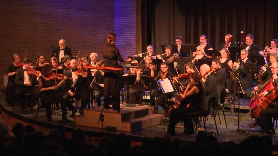 Plan large de l'ensemble des membres de l'Orchestre.