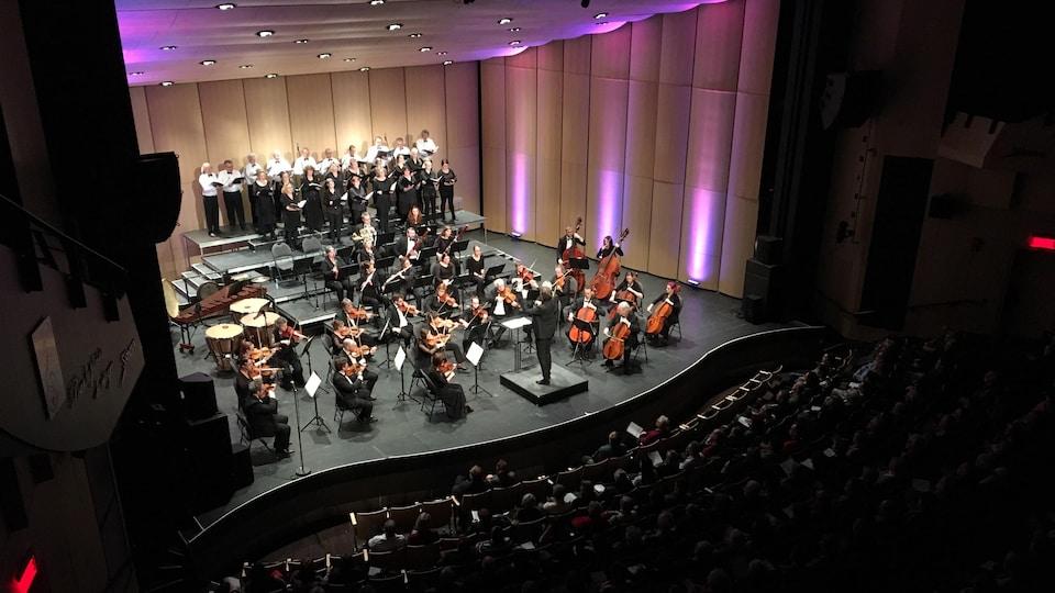 Musiciens et chanteurs sur la scène du Théâtre Banque Nationale.