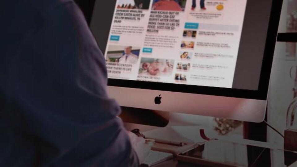 Un homme surfe sur le web.