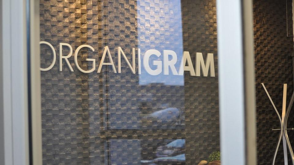 Organigram essuie, comme d'autres producteurs au Canada, une importante décote en bourse. Ses actions valaient 7,34$ le 17octobre 2018 et 4,70$ le 16 octobre 2019.