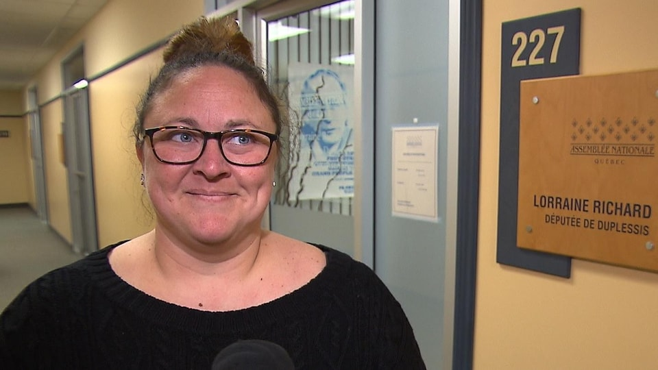 Nancy Lamontagne accorde une entrevue dans un corridor.