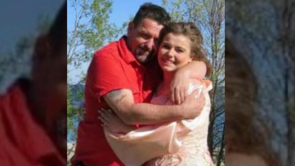 Deux photos de Steven Macdonald qui serre sa fille dans ses bras.