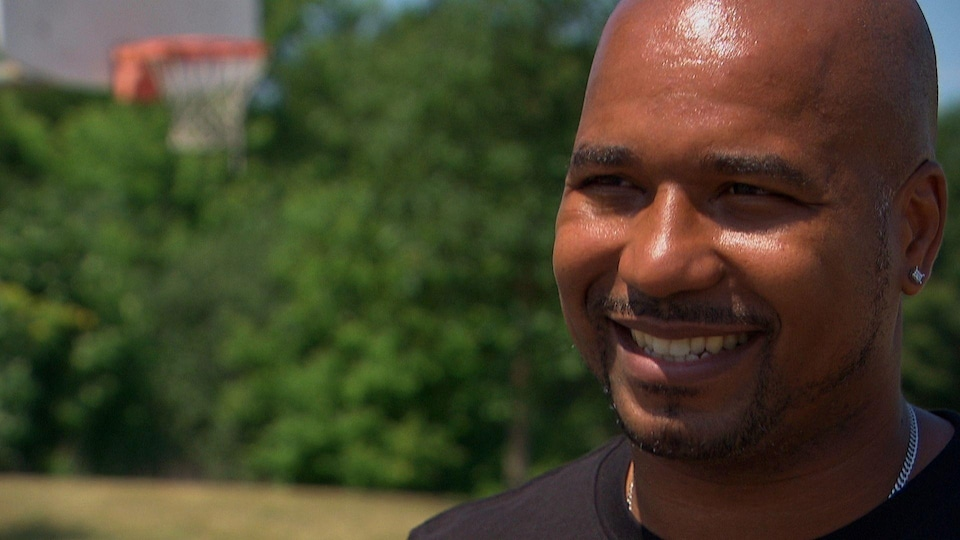 Osvaldo Jeanty pendant une entrevue sur un terrain de basketball.