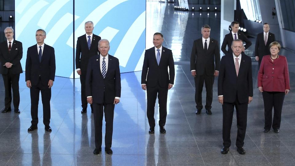 Le président américain, Joe Biden, se tient avec d'autres chefs d'État de l'OTAN pendant une photo de groupe.