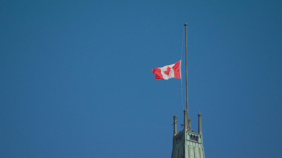 Le drapeau du Canada flotte moins haut que d'habitude.