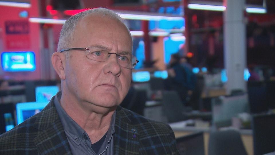 Roger Ouellette en entrevue dans un studio de Radio-Canada.