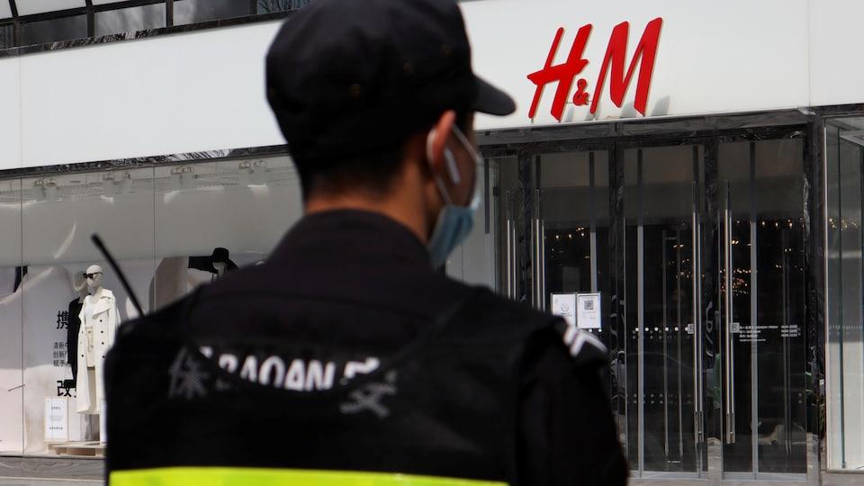 Un gardien de sécurité est posté devant un magasin H&M en Chine.