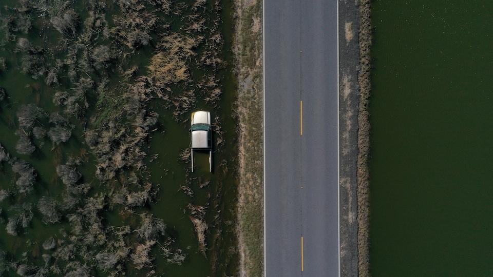 Une vue aérienne d'un véhicule inondé.