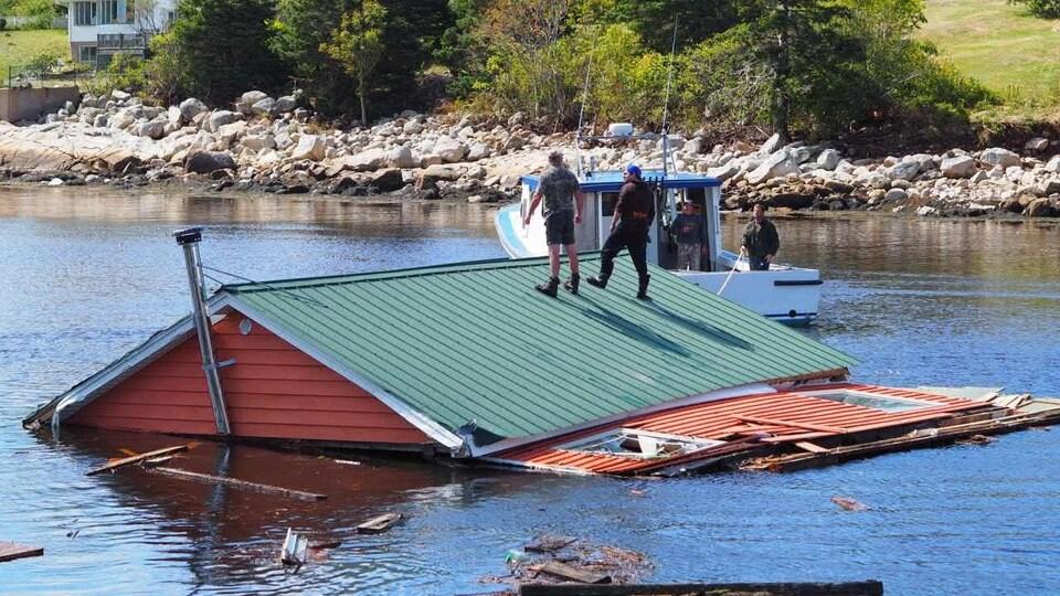 Une toiture flotte sur un plan d'eau.