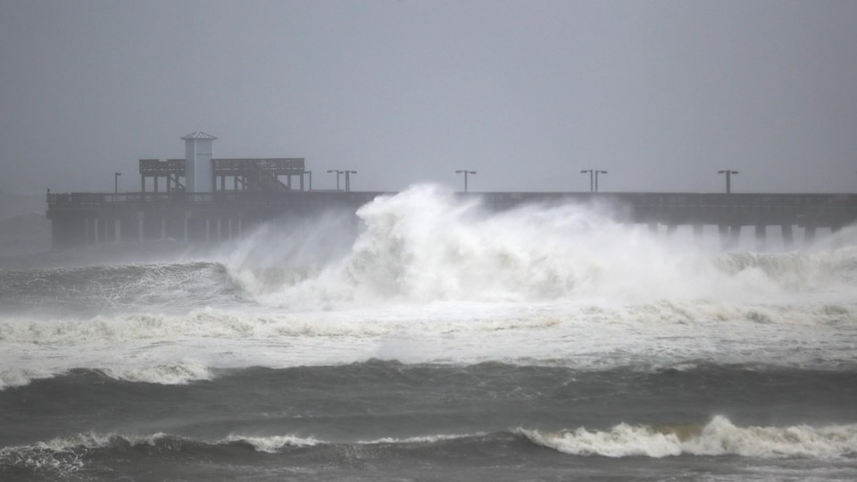 Les vagues déferlent près de la jetée du Gulf State Park, en Alabama.