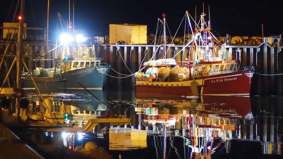 Des bateaux de pêche au quai de Rimouski. Il fait encore noir dehors.
