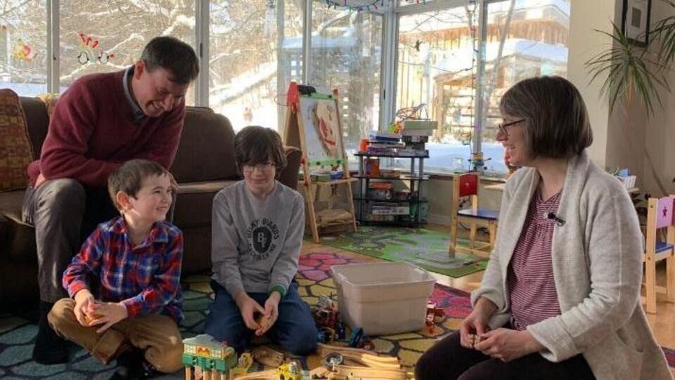 La famille dans son salon.