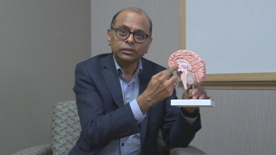 Le professeur Ramasubbu pointe du doigt la région du cerveau concernée.