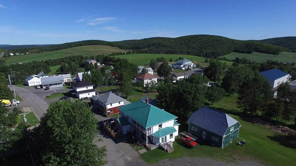 Vue aérienne de la municipalité de Packington au Témiscouata en été.