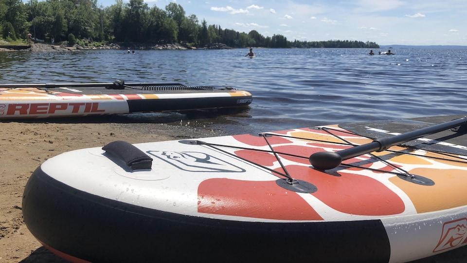 Deux planches sur une plage.