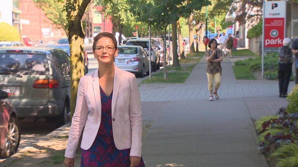 Padminee Chundunsing, la Présidente de la Fédération des francophones de la Colombie-Britannique, marche dans une rue de Vancouver.