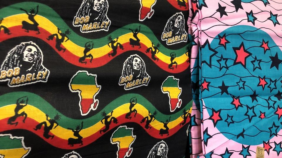 Deux sortes de tissus dont l'une représente Bob Marley et le continet africain.