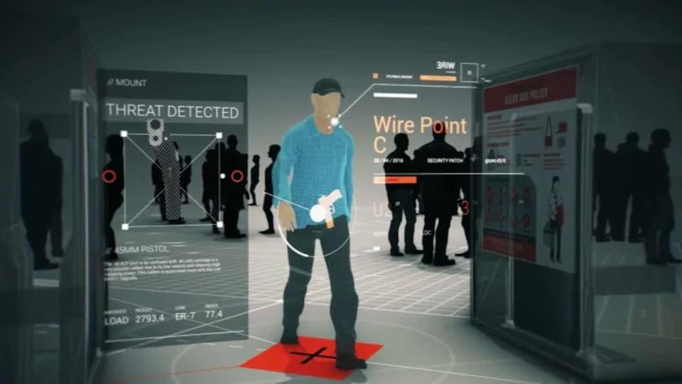 Un homme marche dans une foule avec une arme cachée à la taille.