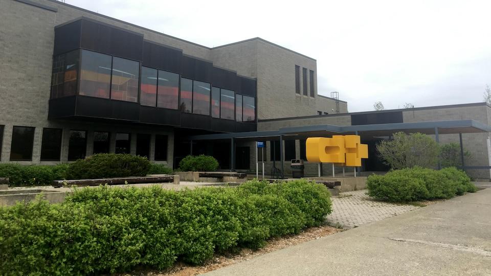 Le palais de justice d'Amos en été.