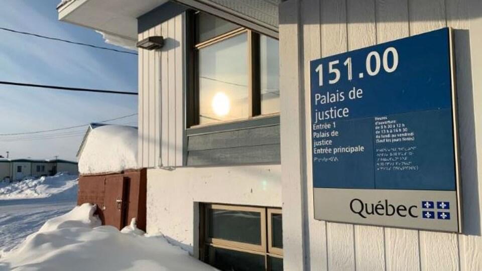 La façade du palais de justice de Kuujjuaq, au Nunavik, dans le Nord québécois enseveli de neige en hiver