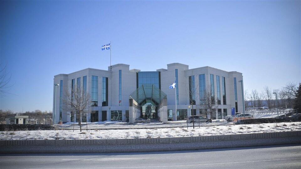 Le palais de justice de Laval, l'hiver.