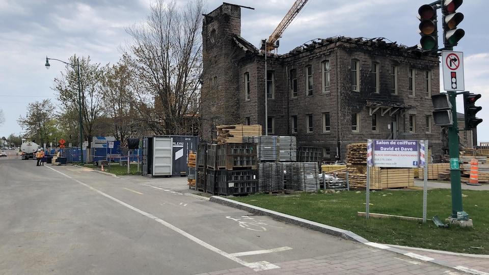 Le palais de justice de Roberval détruit par le feu.