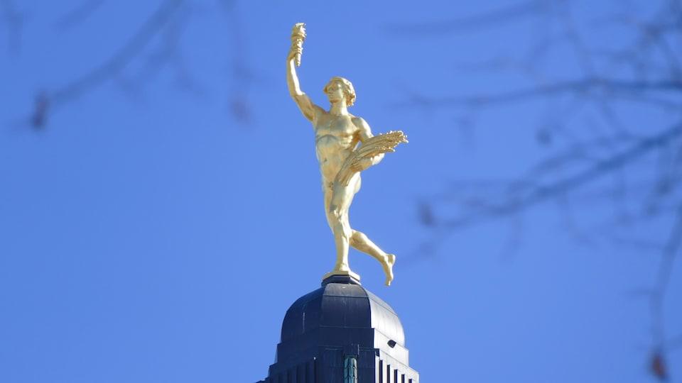 Le Golden Boy qui surplombe le Palais législatif du Manitoba.