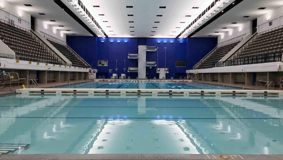 La nouvelle salle du bassin principal de la piscine Pan Am avec le nouveau système d'éclairage.