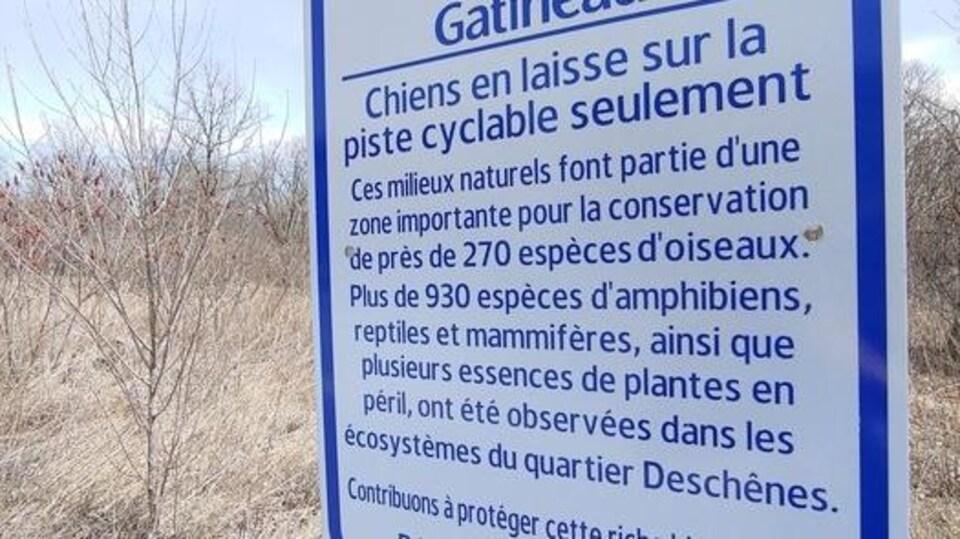 Une pancarte de la Ville de Gatineau invite les citoyens à protéger la riche biodiversité du terrain.