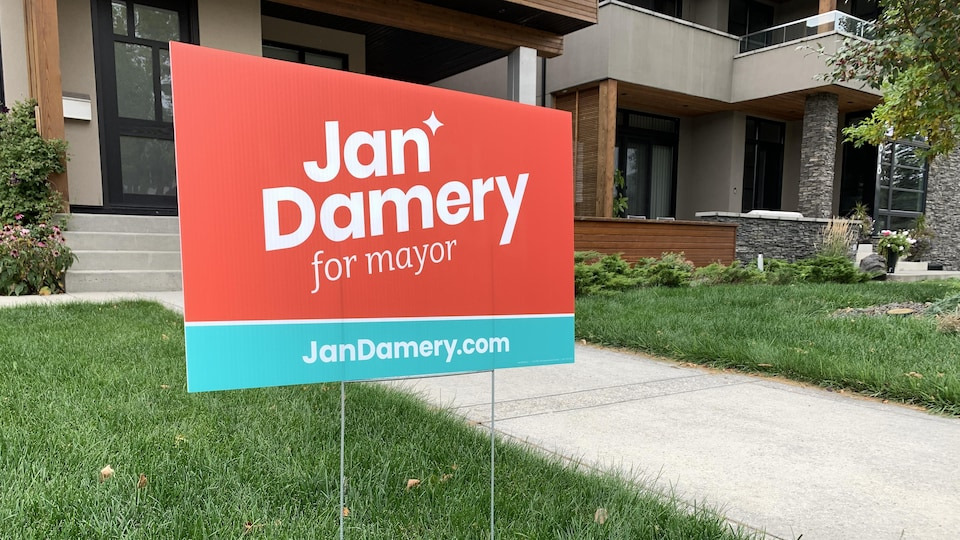 Une pancarte électorale devant une maison à Calgary.
