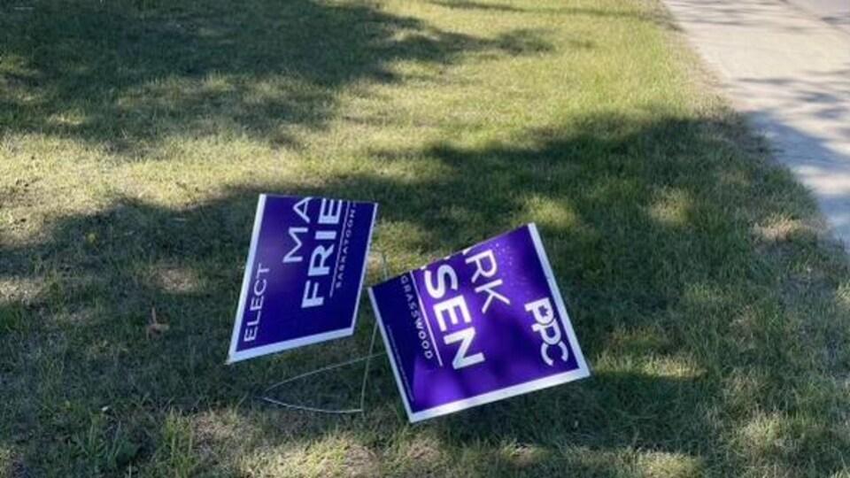 Une pancarte de campagne abîmée.
